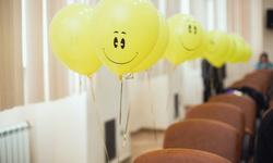 Воздушные шарики висят на стульях