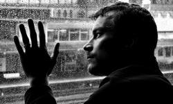 Грустный мужчина у окна