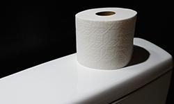 Туалетная бумага на унитазе