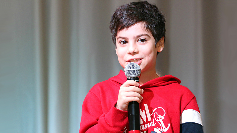 Мальчик с микрофоном