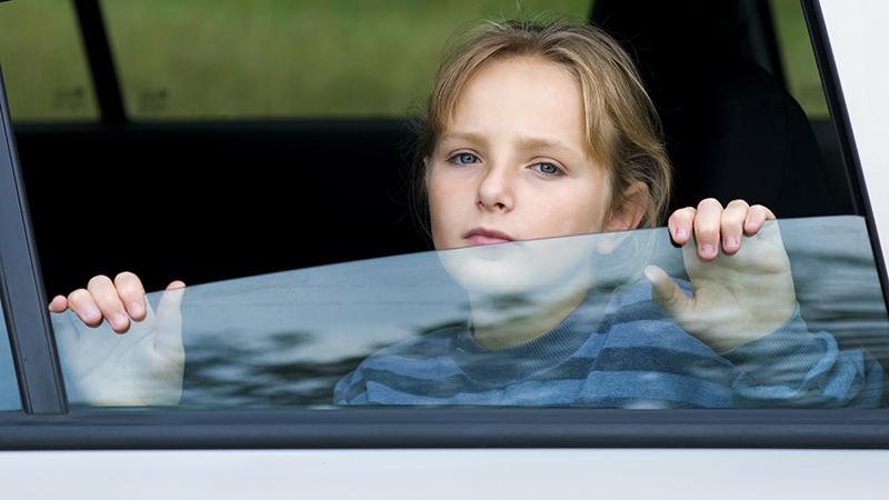 Девочка выглядывает из машины