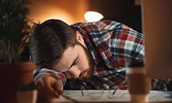 Мужчина спит за компьютером