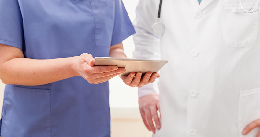 Врачи обсуждают отчет о пациенте