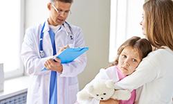 Мама с дочкой на приёме у врача