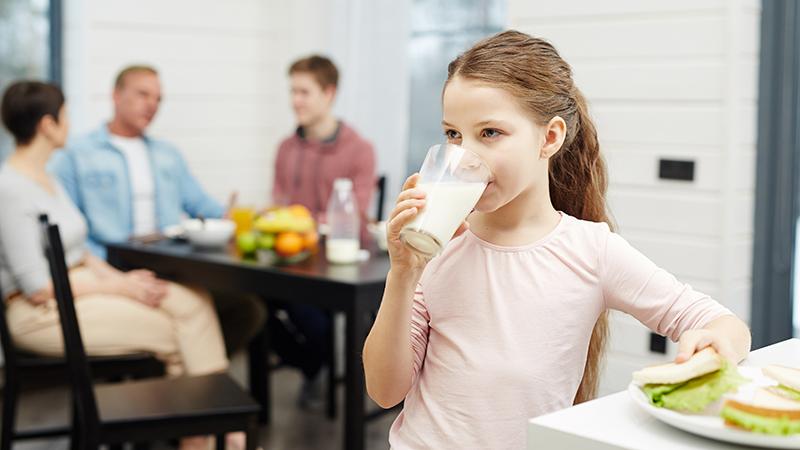 Ребёнок пьёт молоко
