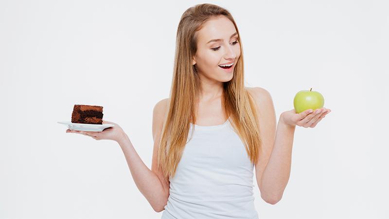 Девушка с шоколадом и яблоком