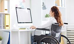 Инвалид перед компьютером