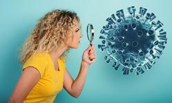 девушка рассматривает коронавирус