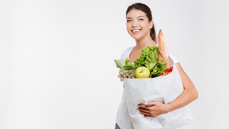 Девушка с пакетом еды