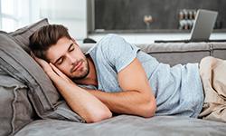 Мужчина спит в одежде