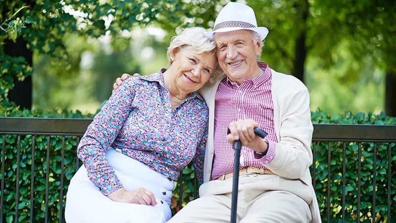 Пожилые на скамейке